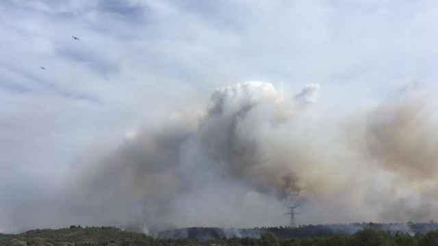 Hidroaviones tratan de contener el incendio forestal en Corbière Audoises, en el sur de Francia.