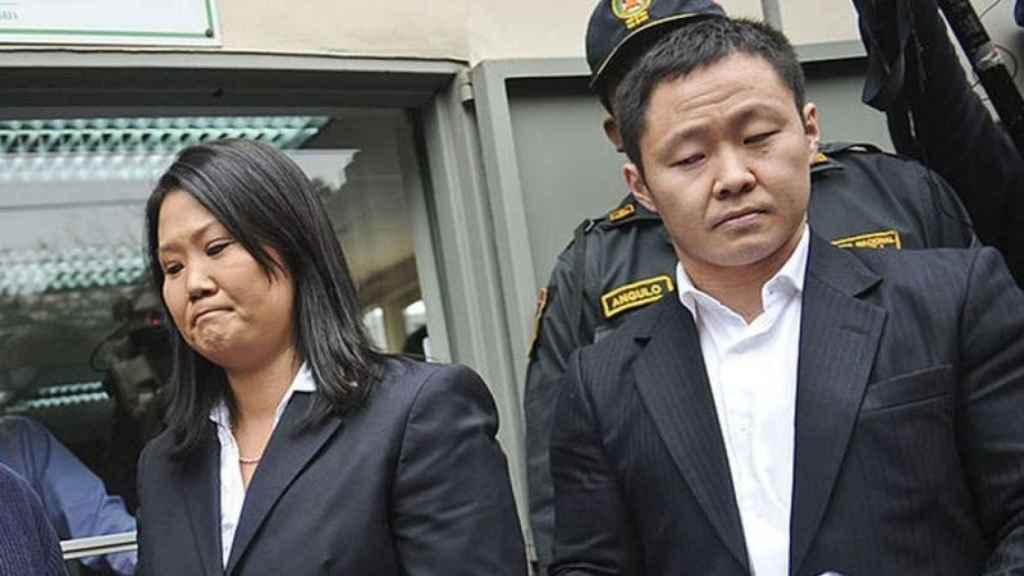 Kenji Fujimori al lado de su hermana, Keiko.