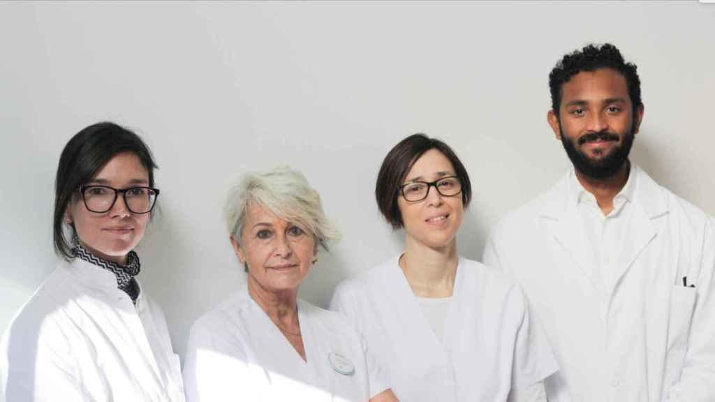 La doctora Àngels Bayés y parte de su equipo del Centro Médico Teknon.