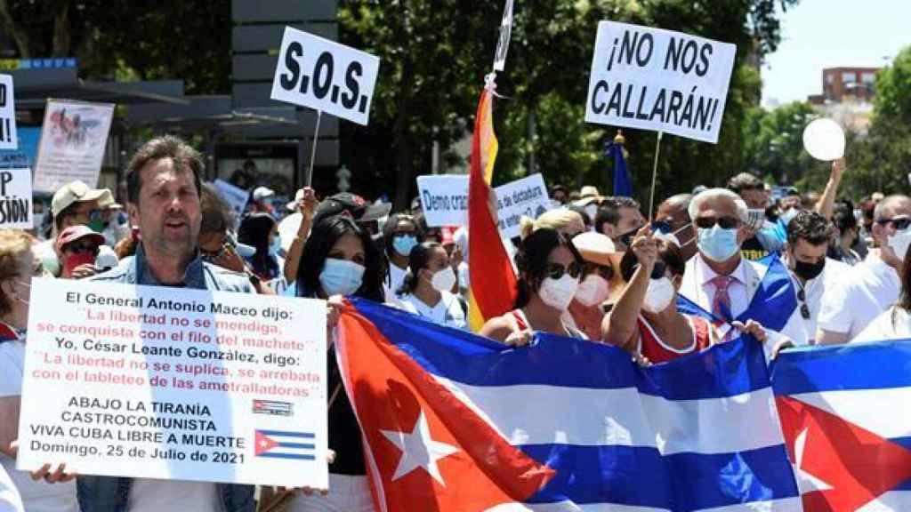 Asistentes a la marcha convocada este domingo en Madrid en defensa de los derechos humanos en Cuba.