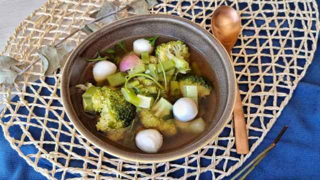 Sopa jardinera de verano, una sopa de verduras con mozzarella