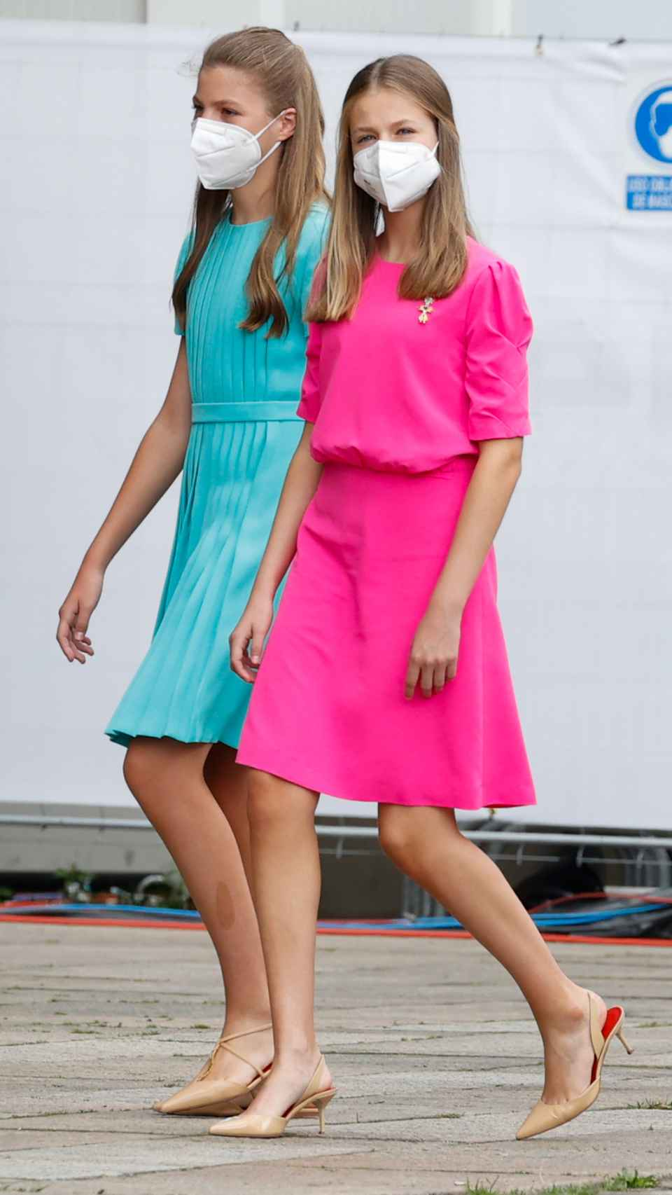 Leonor y Sofía han apostado por coloridos 'looks' que han eclipsado a su madre.