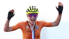 Annemiek van Vleuten celebra en su llegada a meta sin saber que era segunda de la prueba