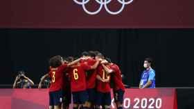 Los jugadores de la selección española de fútbol olímpica celebran un gol