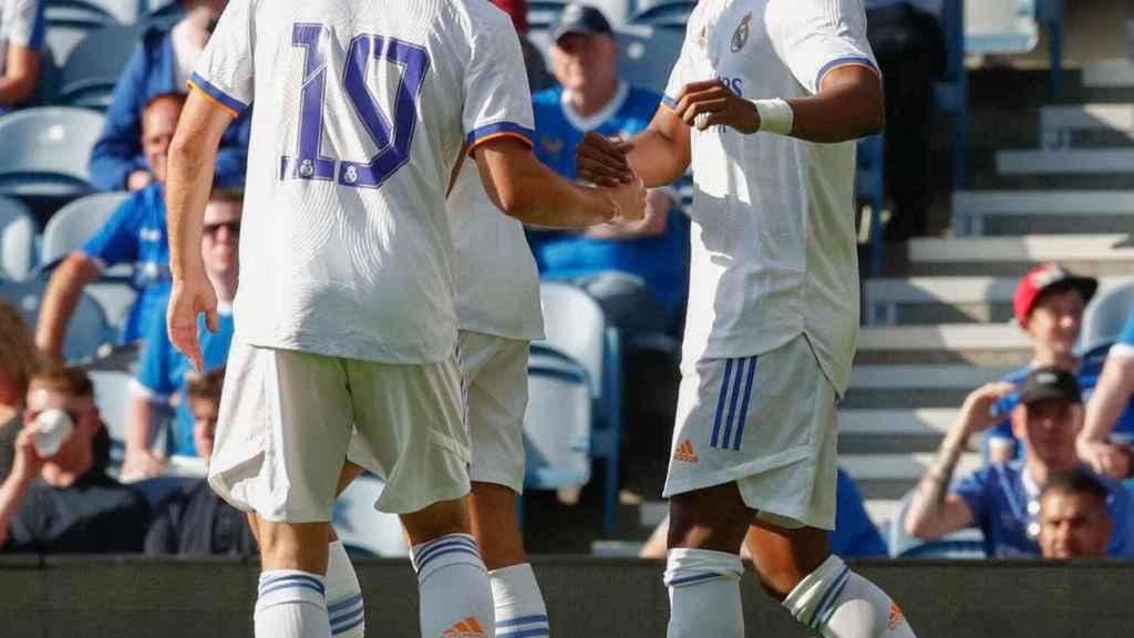 Los jugadores del Real Madrid felicitan a Rodrygo por su gol al Rangers