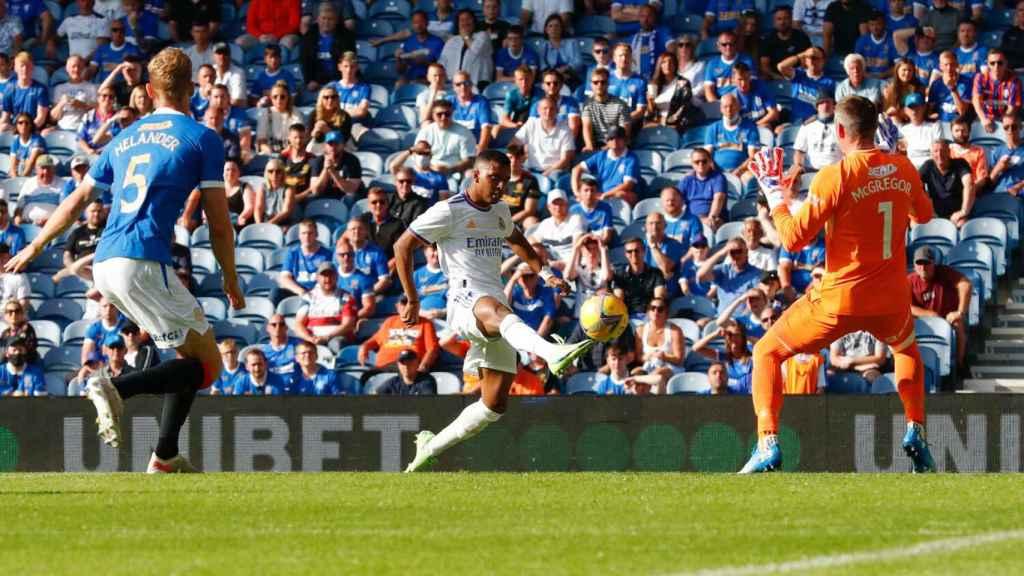 Rodrygo define con un leve toque con la izquierda y supera al portero del Rangers para marcar gol