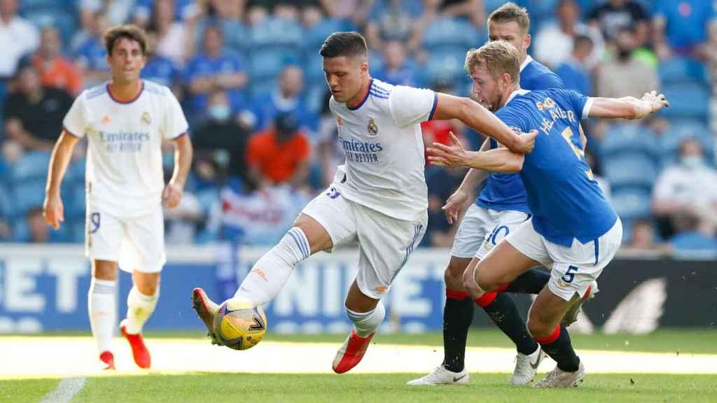 Luka Jovic controla el balón con un jugador del Rangers presionandolo de cerca