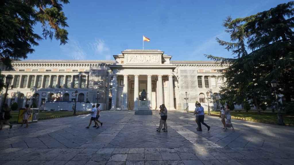 Fachada oeste o de Velázquez del Museo del Prado vista desde el Paseo del Prado.