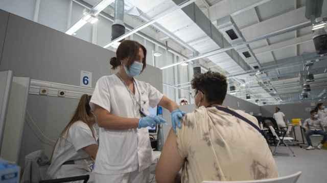 Un joven recibe la primera dosis de la vacuna Pfizer en el hospital Enfermera Isabel Zendal.
