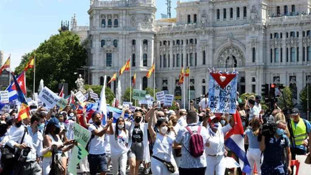 Vista de la marcha convocada este domingo en Madrid en defensa de los derechos humanos en Cuba que ha discurrido entre la plaza de Cibeles y la plaza de Callao.