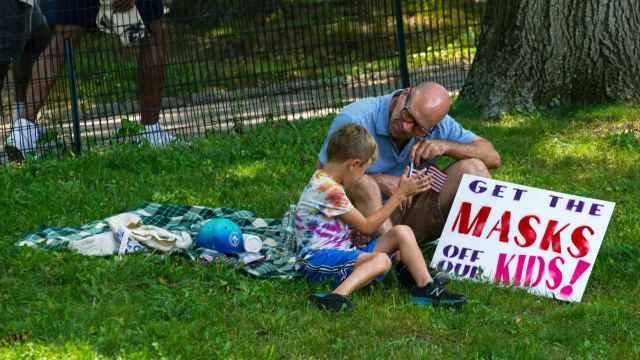 Un padre y un hijo, en Central Park, durante la manifestación contra las vacunas en Nueva York.