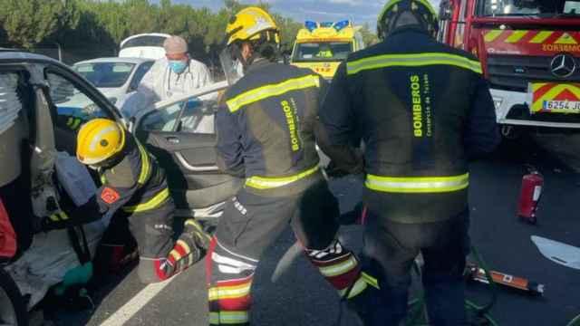 Los bomberos excarcelan a la mujer que quedó atrapada en el vehículo