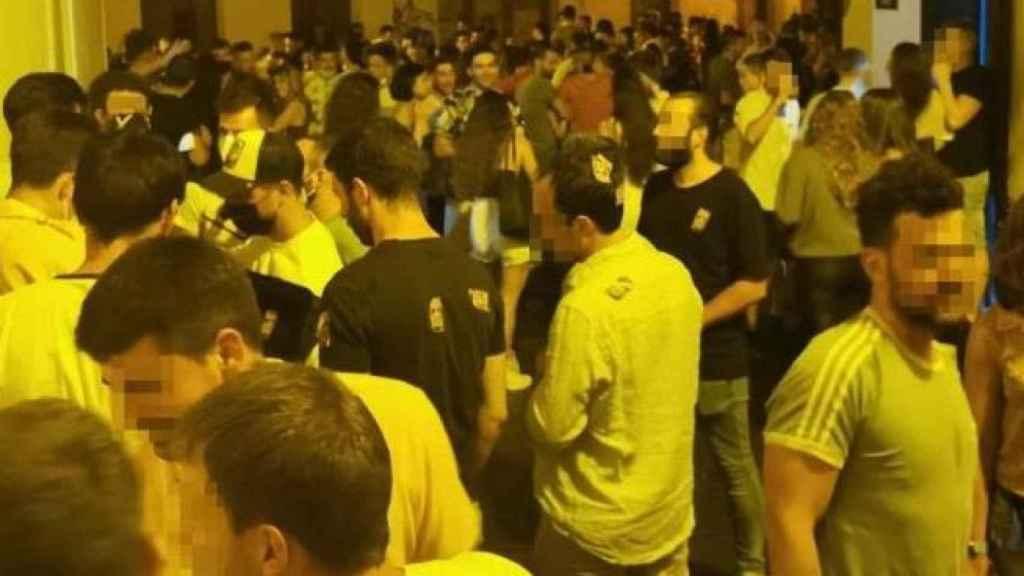 Imagen de archivo de una aglomeración de jóvenes en plena calle