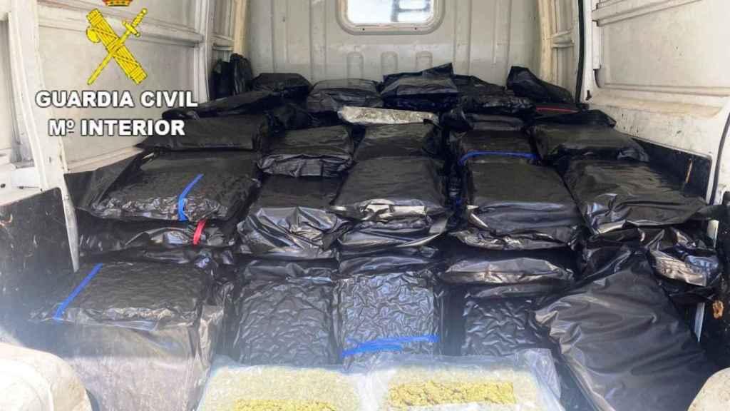 Parte de la droga intervenida en una casa de la localidad toledana de Novés