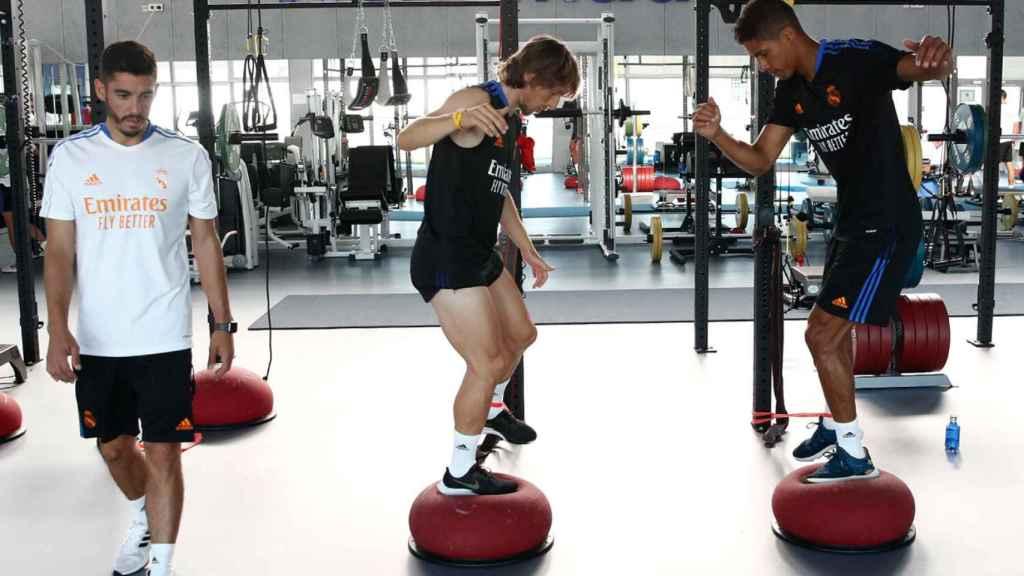Raphael Varane y Luka Modric, durante un entrenamiento
