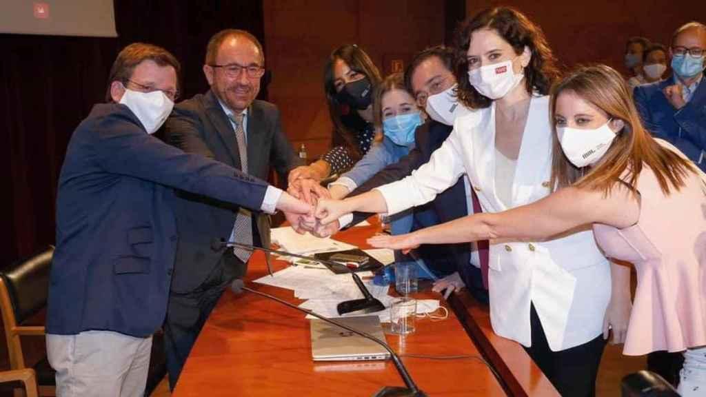 Almeida, Perelló y Ayuso con otros dirigentes del Ayuntamiento y la Comunidad de Madrid, ayer tras conocer la noticia.