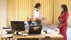 La teniente y psicóloga del equipo de rastreo de la Sección de Vigilancia Epidemiológica de la Base Aérea de Torrejón, María Quevedo, conversa con la ministra de Defensa, Margarita Robles