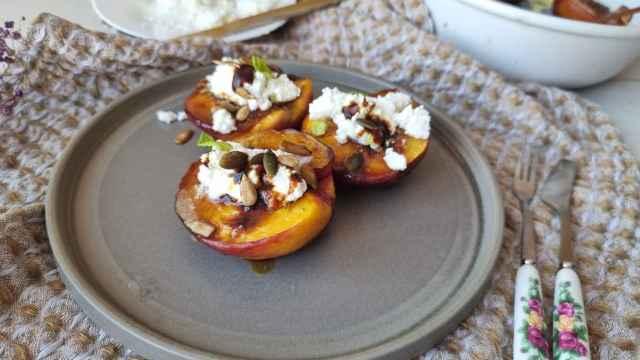 Nectarina asada, queso mató y melaza, un postre fácil con fruta