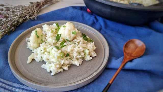 Arroz de bacalao y coliflor, una receta en vídeo con mucho sabor