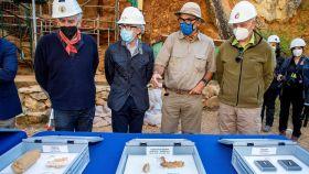 Los codirectores del yacimiento de Atapuerca, Juan Luis Arsuaga (i), José María Bermúdez de Castro (d) y Eudald Carbonell (2d), en el balance de la campaña de excavaciones.