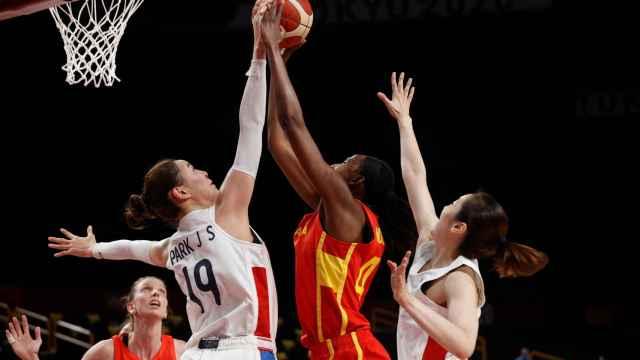 Astou Ndour anota una canasta contra Corea del Sur