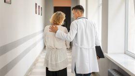 Una mujer camina con su médico.