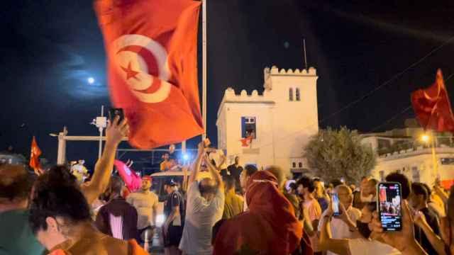 Las manifestaciones en la calle después de que el parlamento fuera suspendido.