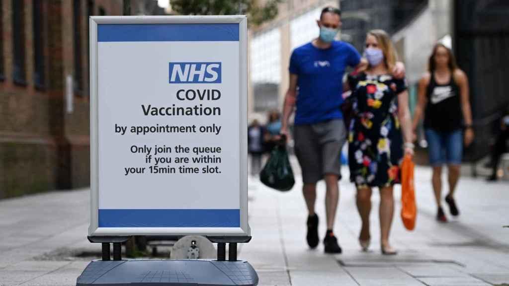 Una señal de vacunación Covid en la puerta de un centro de Londres.
