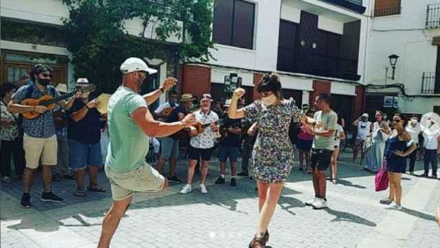 María Rozalén bailando jotas en Letur (Albacete)