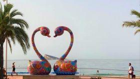 El amor del cisne es la escultura de Hung Yi que enmarca la isla de Benidorm.