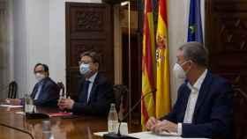 El president de la Generalitat, Ximo Puig (centro), mantiene una reunión este martes sobre las ayudas del Plan Resistir Plus, a la que también asisten los consellers de Hacienda, Vicent Soler (izqda), y Economía, Comercio y Trabajo, Rafael Climent.