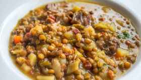 Un plato de lentejas al estilo tradicional.