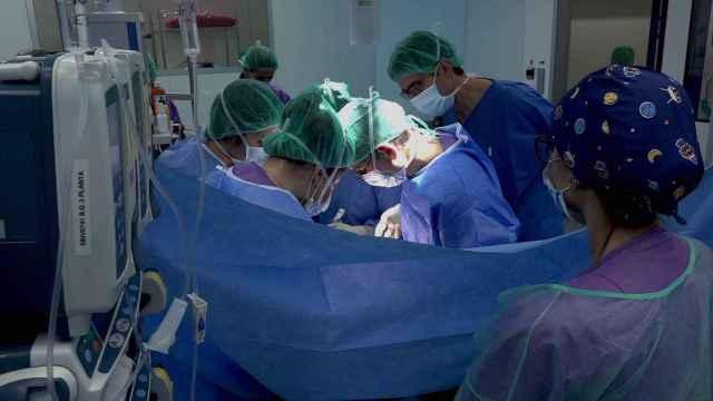 Profesionales sanitarios realizando un trasplante