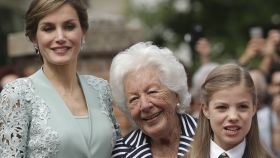 Menchu Álvarez del Valle junto a su nieta, la reina Letizia, y la infanta Sofía.