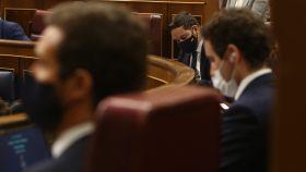 Santiago Abascal (al fondo) en el Congreso, donde se ve también a Pablo Casado y Teodoro García Egea.