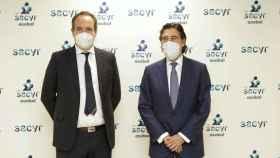 Manuel Manrique (derecha), presidente de Sacyr, yServando Revuelta, presidente de Asobal,