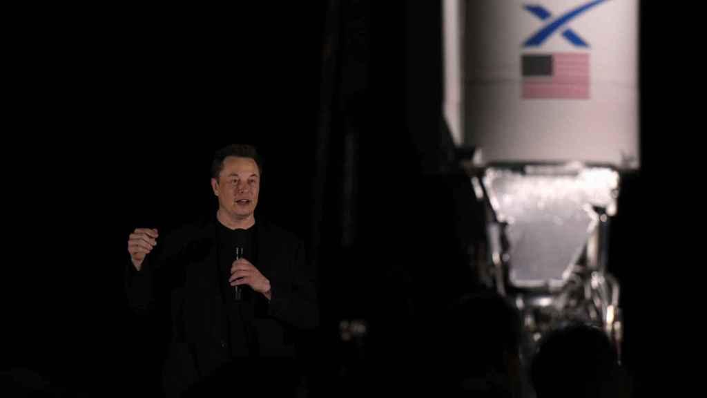Elon Musk durante una rueda de prensa para hablar del cohete que enviará a Marte.