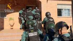 Momento en el que la Guardia Civil entra en la vivienda del clan familiar (Foto: Guardia Civil)