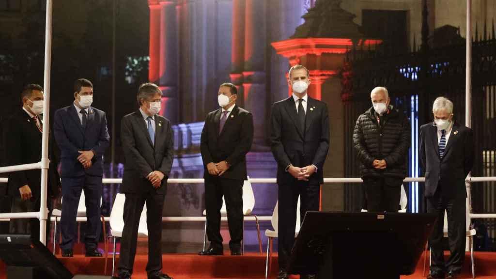 El Rey, de riguroso luto, durante un acto junto al presidente electo de Perú, Pedro Castillo.