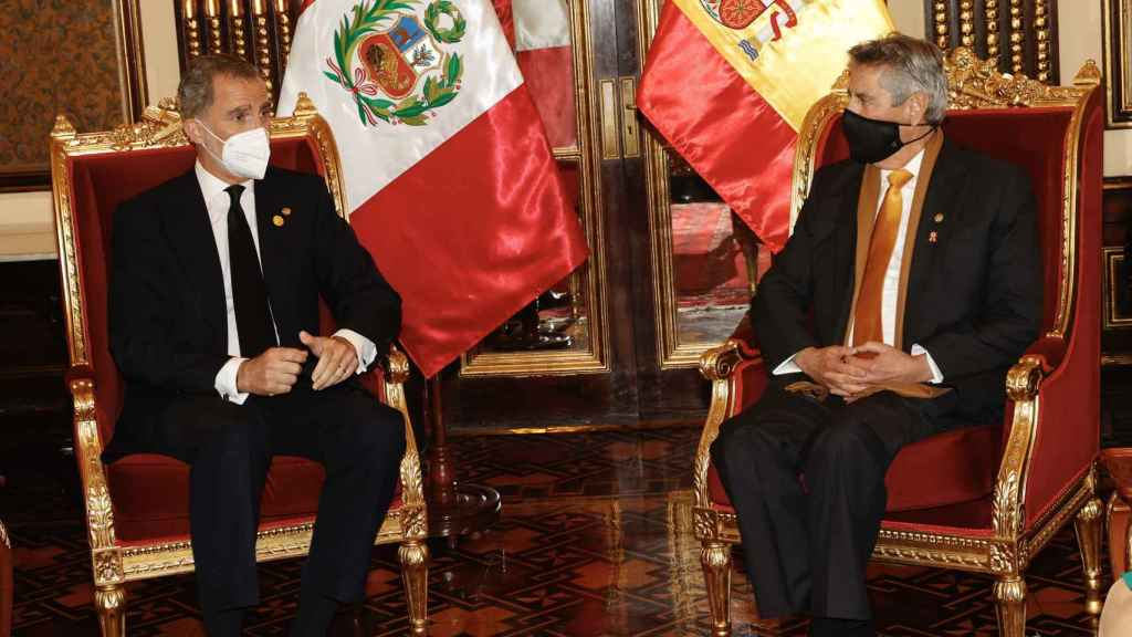 Felipe VI junto al presidente Francisco Sagasti luciendo su traje de chaqueta negro.