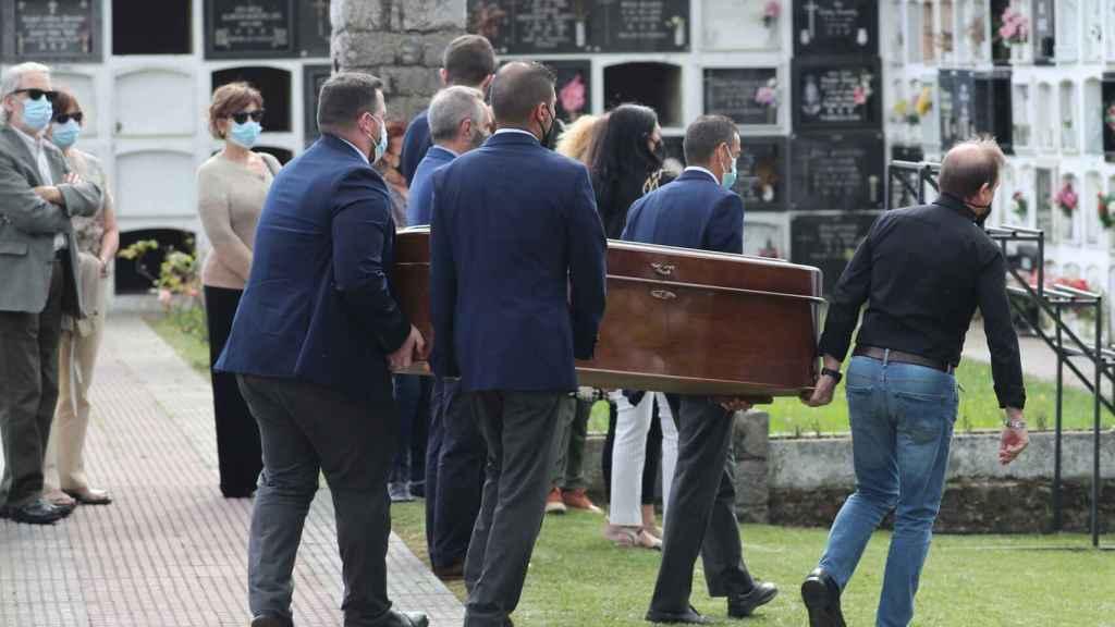 Los restos mortales de Menchu llegando al cementerio de El Carmen, en Ribadesella.