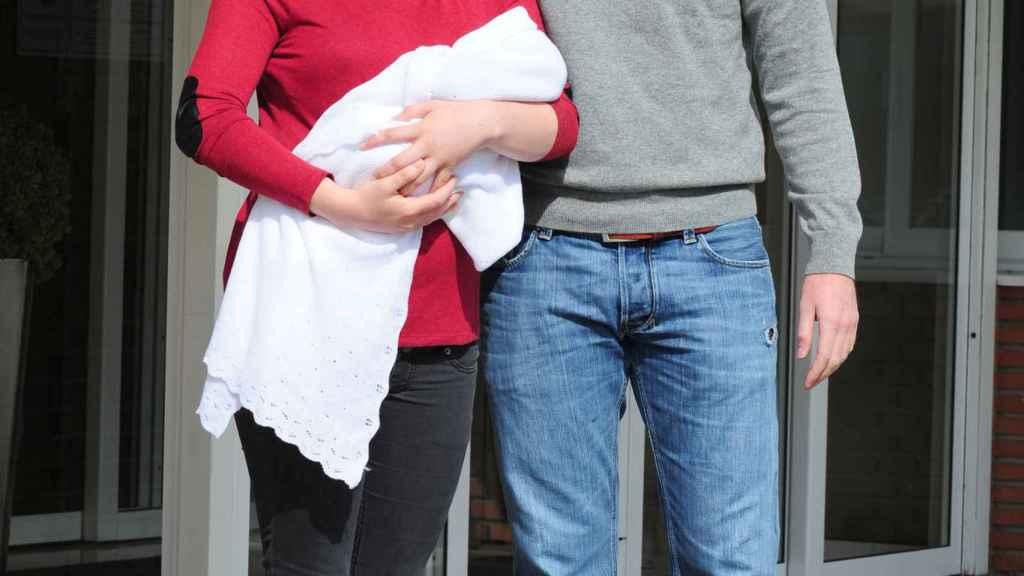 Eugenia Osborne y su marido a la salida del hospital, tras el nacimiento de su hijo Juan.