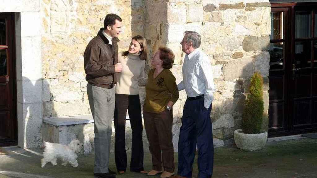 Felipe y Letizia junto a Menchu Álvarez del Valle y su marido en Asturias durante una visita.