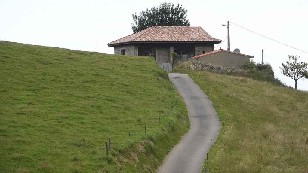 La casa de Sardéu donde vivió Menchu Álvarez del Valle, rodeada de vegetación.