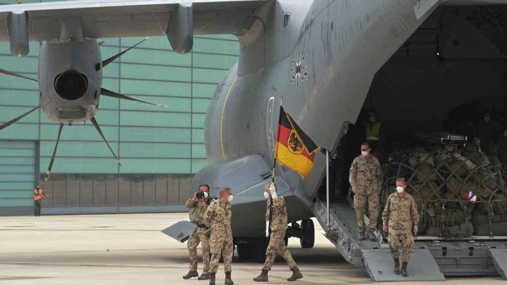 Soldados alemanes ondean la bandera alemana tras regresar de Afganistán el pasado junio.