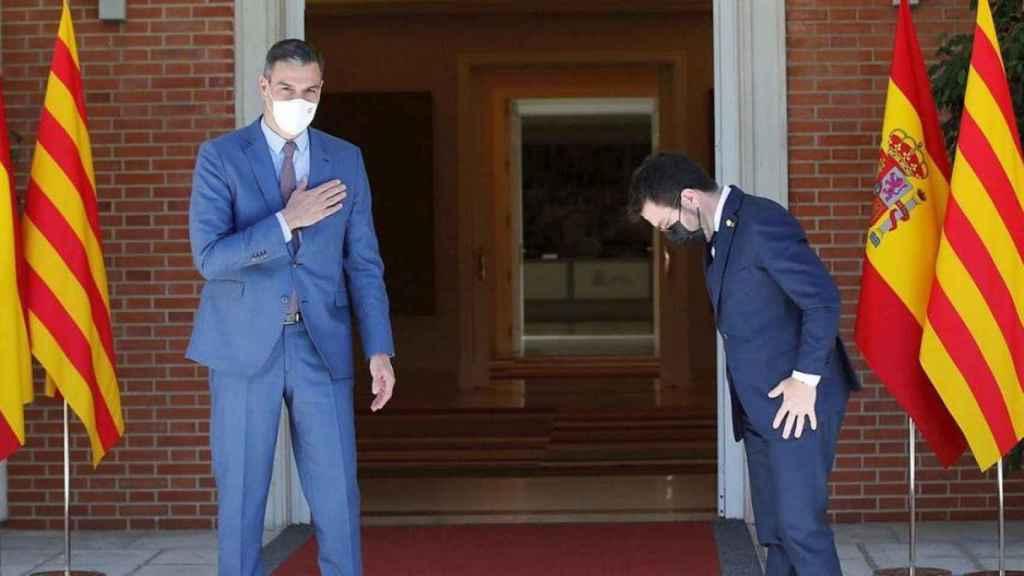 El presidente del Gobierno, Pedro Sánchez (i), recibe al presidente de la Generalitat, Pere Aragonès, durante su encuentro en junio en el Palacio de la Moncloa.