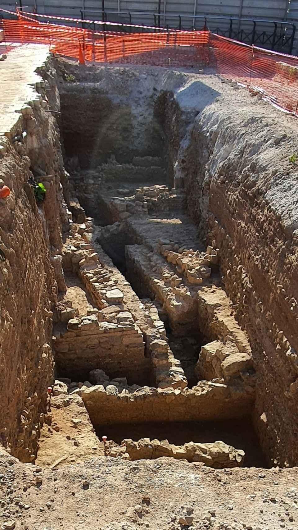 Excavación de un antiguo enterramiento romano, en el Astoria.