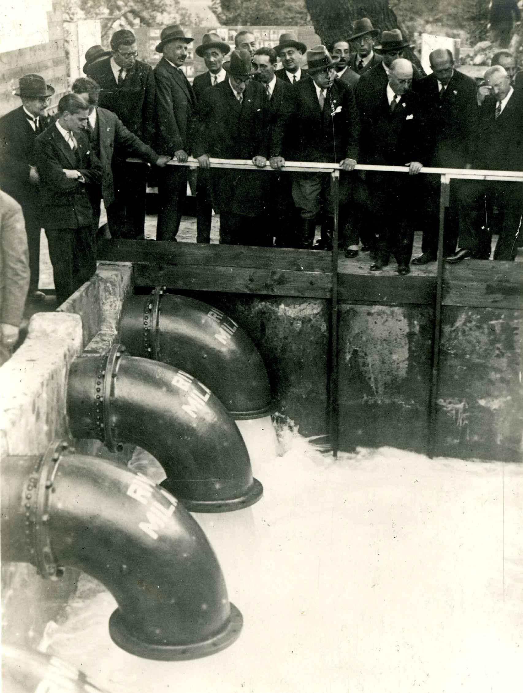 20 de octubre de 1928. En el centro, Benito Mussolini, apoyado y con sombrero, rodeado de otras personalidades, observa el sistema de drenaje suministrado por la empresa Costruzioni Meccaniche Riva, de Milán, para el vaciado del lago