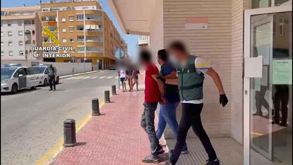 El detenido, saliendo de las dependencias de la Guardia Civil de Torrevieja.