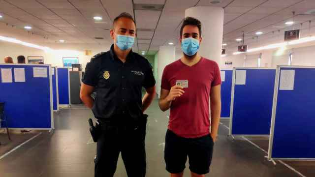 El joven con el agente que le ha tramitado el nuevo DNI Europeo.